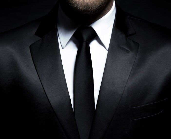 It is always a good idea to make sure that your chosen tie colour fits in with your suit colour, as well as your dress shirts. A suit with a solid base colour is the easiest way to accentuate a bold, solid coloured tie. It is also a good idea to differ patterns sizes across your outfit otherwise these layers can clash.
