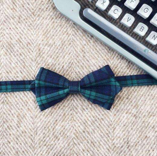 Oryginalna, klasyczna mucha męska w granatowo - zieloną kratę, w stylu irlandzkim. Idealna do klasycznego garnituru na ślub i wesele.  Muszka dostępna w ślubnym sklepie internetowym Madame Allure.