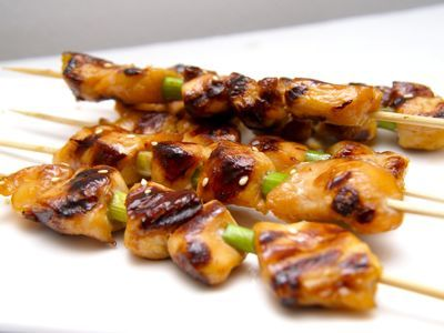 Yakitori is Japans gegrilde kip. Yakitori is iets zoeter dan de saté, die wij gewoonlijk eten bij een Indische of Chinese maaltijd. In dit recept wordt mirin en sake gebruikt voor de marinade. Zijn deze ingrediënten niet voorradig dan kunnen deze respectievelijk vervangen worden door zoete sherry en droge sherry. Heerlijk met witte rijst en op Japanse wijze roergebakken groenten, zoals peultjes shiitakes enz.