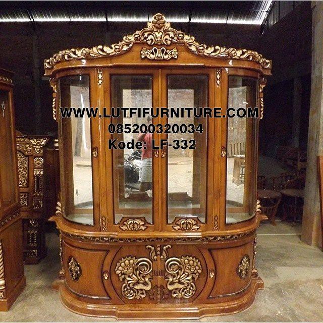 Lemari Hias Mewah Kaca Ukir adalah salah satu produk lemari pajangan yang didesain menggunakan bahan kayu jati terbaik finishing natural mewah elegan.