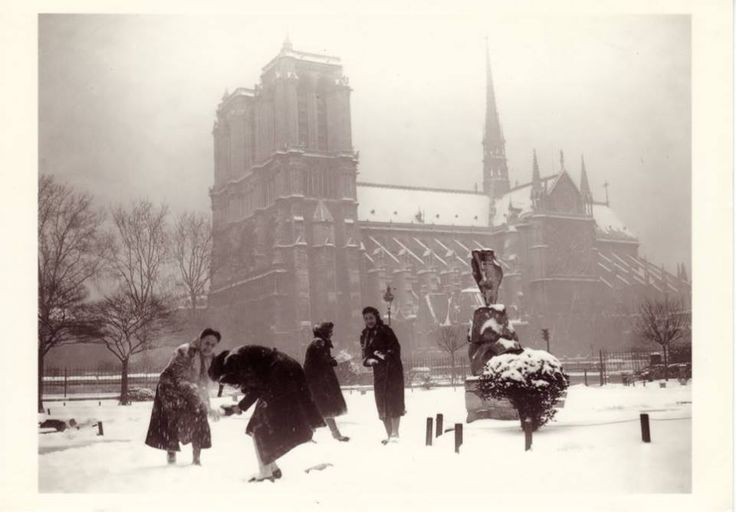 Bataille de boules de neige à Notre Dame – Janvier 1938