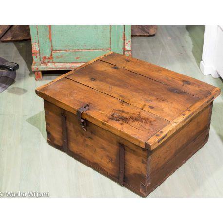 Pieni ruskea tasakantinen arkku 1800-luvulta.