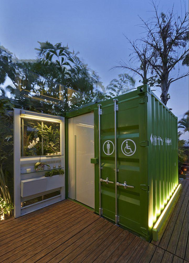 Banheiros Ecotransportáveis, SJ2A l Pampulha, Belo Horizonte - Minas Gerais, Brasil.  Com foco na arquitetura sustentável, usando ao máximo materiais e técnicas ecológicas de construção, criamos  o banheiro eco-transportável. De uso público, o banheiro foi projetado em containers navais, modificados para o aproveitamento da luz natural. Por ser uma estrutura móvel, o revestimento interno foi feito em materiais flexíveis e resistentes a pequenos movimentos.