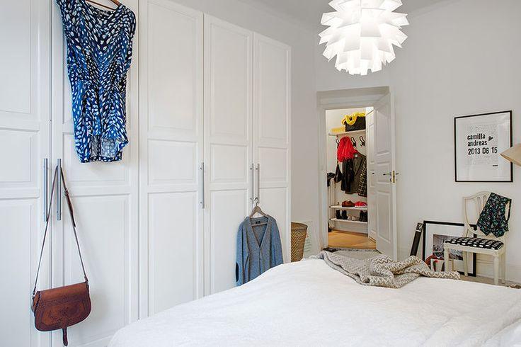 Efektowna lampa w minimalistycznej sypialni
