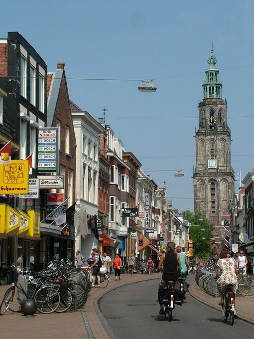 Groningen, Netherlands Oosterstraat. Links zie je de bakker en ijzerwaren speciaalzaak Hink Nieboer. Bestaat niet meer.