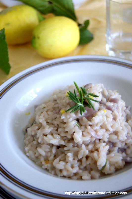 Il risotto al limone e rosmarino è un piatto delicato ma sfizioso che si accompagna bene ad una cena a base di pesce.