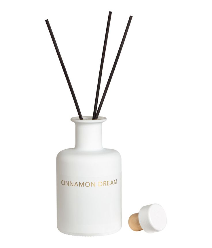 Weiß/Cinnamon Dream. H&M HOME x CALMING PARK. Flasche mit Aromaöl für einen wohltuenden Duft im Raum. 200 ml. Enthält acht Duftstäbchen.