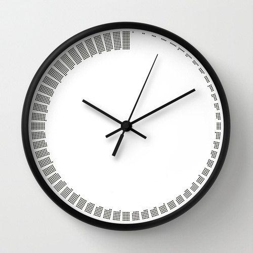 Orologio da parete disponibile con cornice in legno naturale, bianca o nera. Possibilità di scegliere anche lancette bianche o nere per