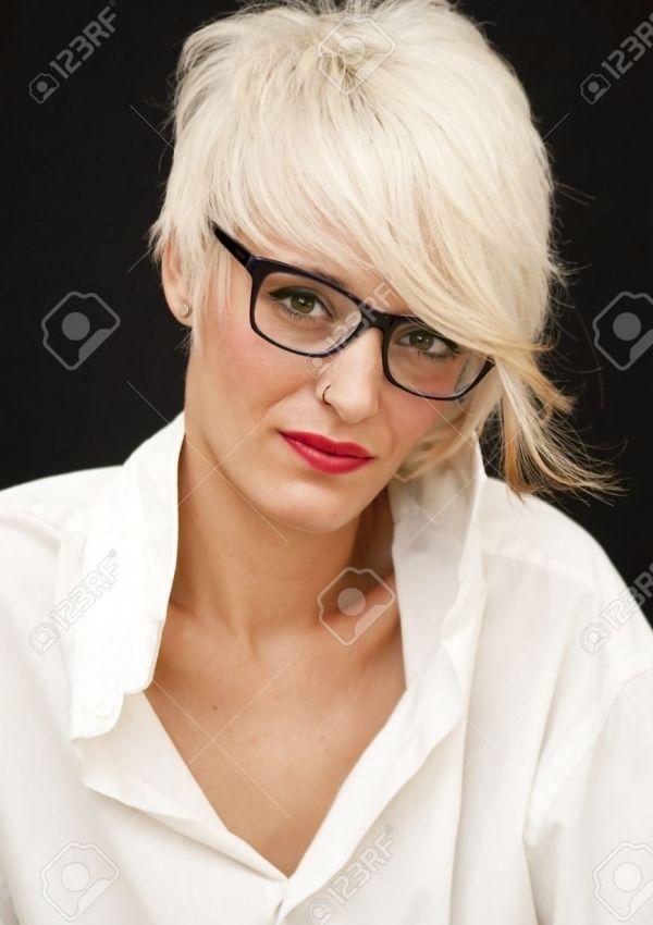 die 25 besten ideen zu kurzhaarfrisuren mit brille auf pinterest frisuren mit brille. Black Bedroom Furniture Sets. Home Design Ideas