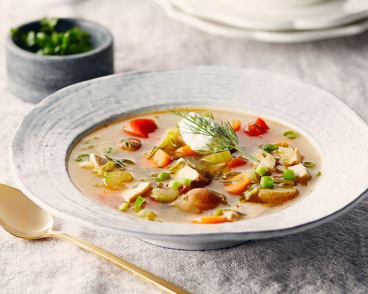 Soupe de chou frisé au poulet  Cette soupe au poulet maigre à l'arôme enivrant contenant beaucoup de légumes est à la fois saine et délicieuse. C'est le plat réconfortant idéal pour un dîner ou un souper léger par temps froid. L'aneth frais et la cuillerée de crème sure lient toutes les saveurs. Le poulet maigre y ajoute des protéines qui procurent de l'énergie.