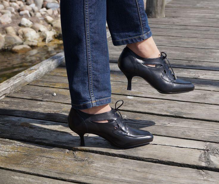 San Francisco - black: Elegante sorte sko med lav hæl og snørebånd.