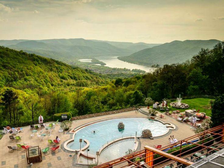 A Dunakanyar talán egyik legszebb panorámájával rendelkező szállodája egész évben várja a pihenni, feltöltődni vágyó vendégeit Visegrádon, a Fellegvár mellett. Friss levegő, csodás kilátás, nagyszerű konyha vár Rátok!
