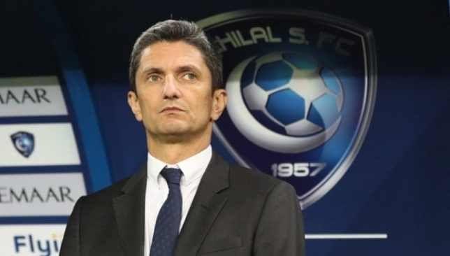 مدرب الهلال يخطف الأنظار في اليونان Soccer Ball Football Soccer