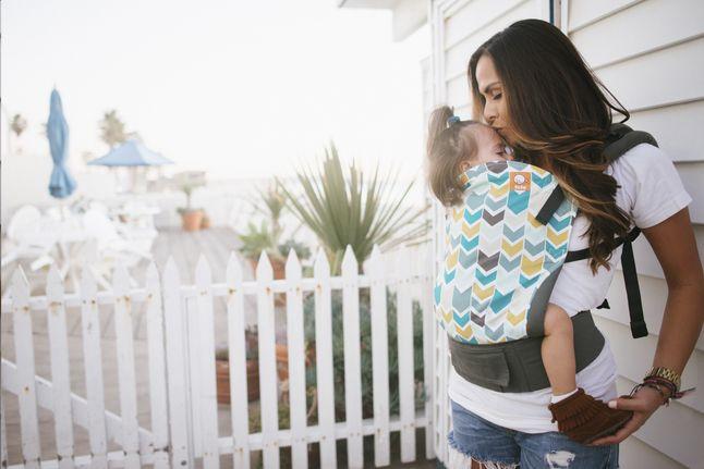 Porter Bébé sur le ventre ou le dos? C'est possible avec le porte-bébé combiné Jasper de Tula! Tula prend soin des parents et de Bébé : votre bout de chou est assis en position M ergonomique, tout contre vous, à l'abri du vent et de la pluie. Le porte-bébé répartit le poids de manière optimale sur la hanche et les épaules : idéal pour un portage plaisant.