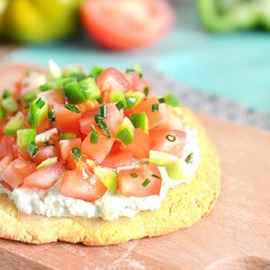Voici comment réaliser une pizza vegan et sans gluten avec une pâte à pizza homemade, une tartinade de cajoux (raw) et des légumes crus.
