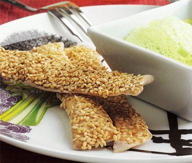 Baka egna delikata sesamsticks. Tunna brödlängder med smak av timjan, toppade i ljuvliga sesamfrön. Sesamsticks passar utmärkt att servera till grön ärtbrûlée.