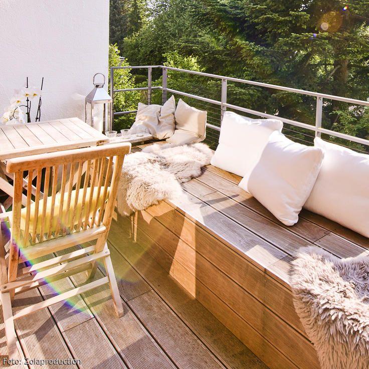 Loggia mit Bangkirai-Holz. Gemütlicher Balkon – mit wenigen Handgriffen. Mehr Ideen für euren Balkon auf roomido.com #roomido #balkonien #wohnen #einrichten #tipps #holzmöbel
