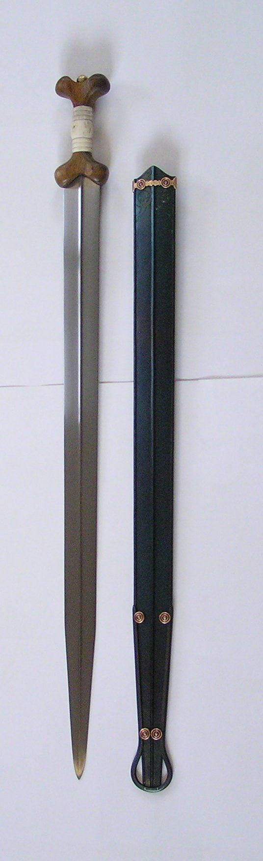Replica by Patrick Barta Name:    Celtic sword Epoch:   3rd century BC Discover (museum):    Holubice, Czechia Length:   893 mm Weight:   840 g