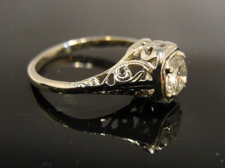 Bröllopsring från början av 20-talet. Vintageringar finns att köpa online på auktioner, tradera, pantbanker m.fl. [Wedding-ring from the early 20's].