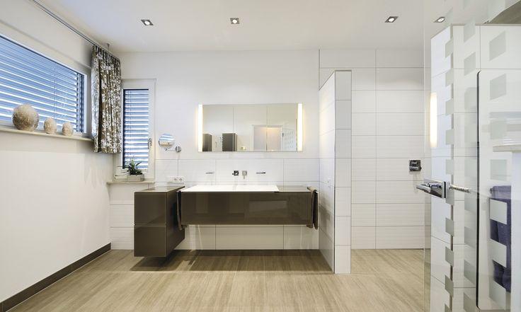 Geräumiges Badezimmer mit großem Waschtisch