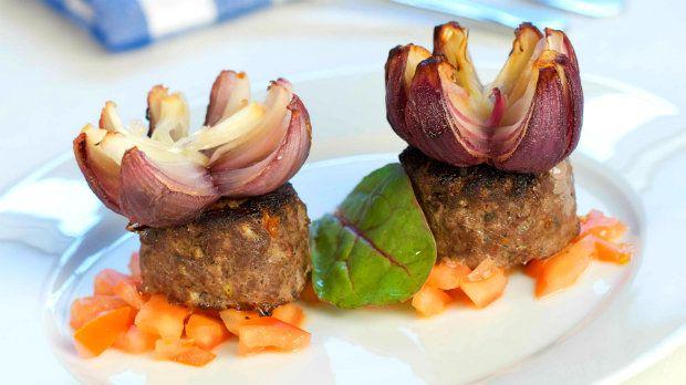 Inspirujte se řeckou kuchyní a připravte si výtečné biftečky z kvalitního hovězího masa ozdobené efektními cibulovými květy se skvělou chutí, které poslouží i jako netradiční příloha.