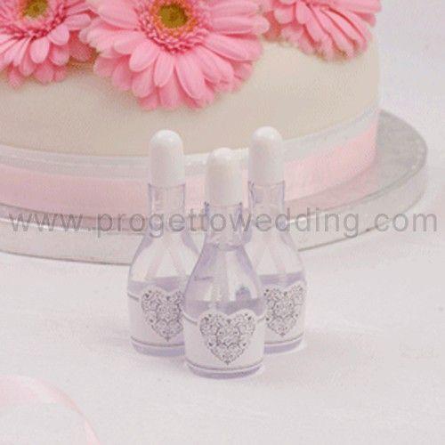 Bolle di sapone in bottiglietta di champagne con tappo argento ed etichetta bianca con cuore.  www.progettowedding.com