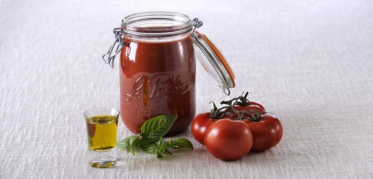 Peler et couper les tomates en quartiers. Eplucher l'oignon et le couper en lamelles. Mettre les tomates et l'oignon dans une casserole et faire cuire…