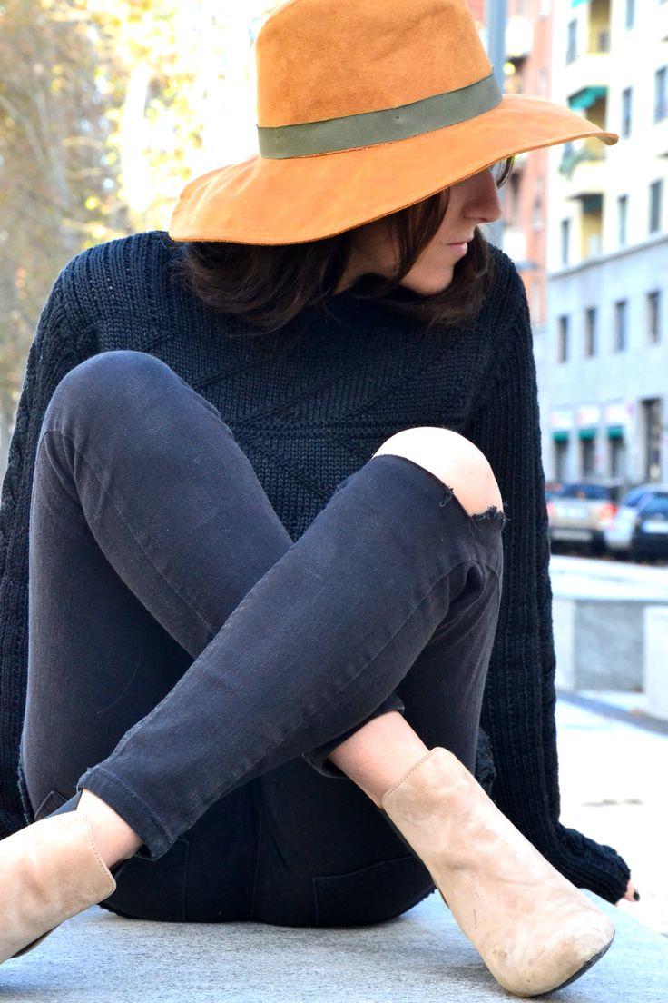 Simple y cómodo total black, jeans rotos y jersey de punto grueso de hombre