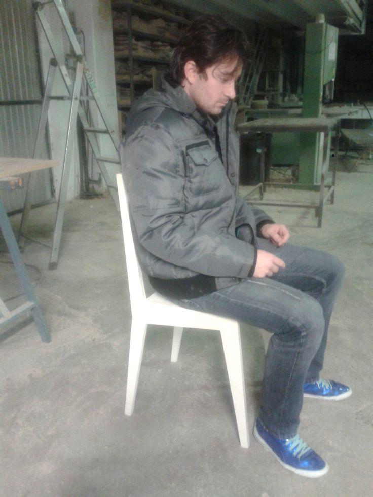 German probando la silla de diseño.