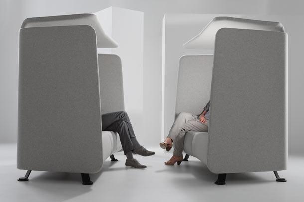 De Niche is een tweezitsbank met akoestische wanden met of zonder dakje of laptoptafeltje.