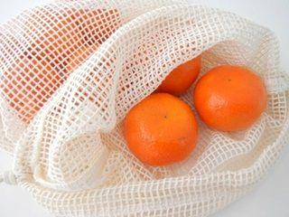 Mooi, handig en duurzaam zakje voor het bewaren van groenten en fruit, van het merk Bo Weevil. Gemaakt van naturel kleurige (ongebleekte) biologisch katoenen netstof, en voorzien van een handig trekkoordje. Het zakje kan gewassen worden.      De zakjes zijn niet alleen handig om je groente en fruit in te doen tijdens het boodschappen doen (bespaart weer plastic/papier dat je na thuiskomst meteen weggooit), maar ook voor het gesorteerd bewaren van groente en fruit.      Formaat van zak…