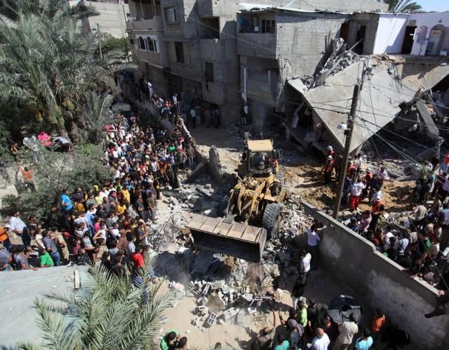 Israel pounds Gaza Strip (© Ramadan El-Agha/Anadolu Agency/Getty Images)