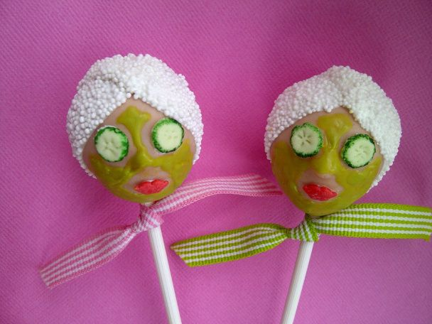 How fun are these Spa themed Bridal shower cake pops?! #bridalshower #cakepops #brides