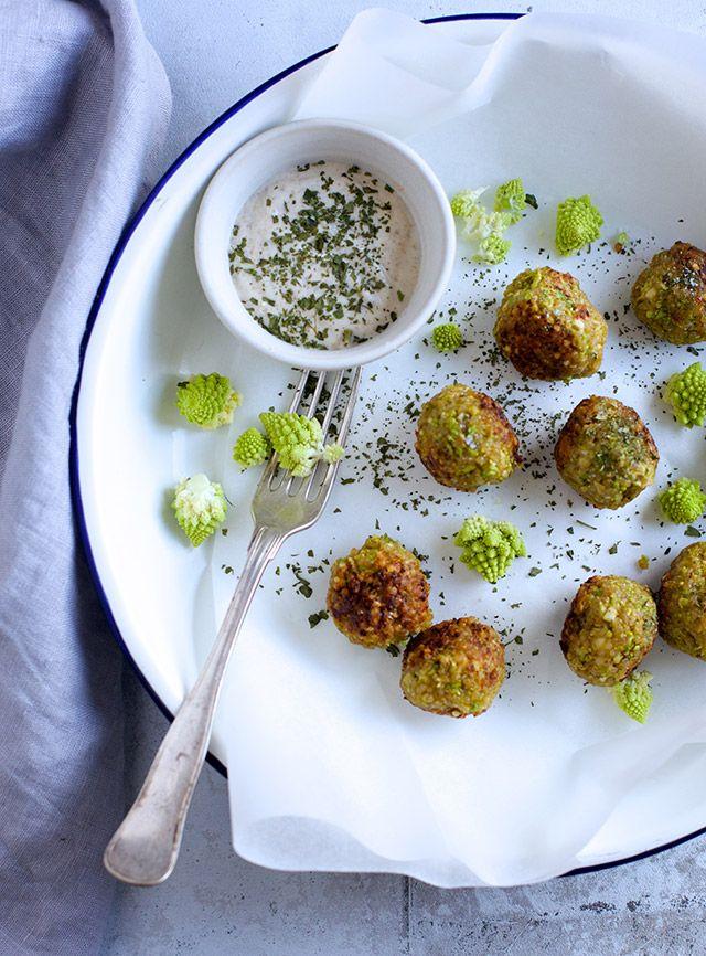 Så er jeg hjemme efter syv fantastiske dage i Istanbul, og det kommer der meget mere om på bloggen senere. Jeg sidder netop nu og rydder op i mine billedearkiver, og faldt over disse små quinoa/romanesco-deller, som jeg vil skynde mig at dele. Hvis du ikke kan skaffe romanesco, så kan du sagtens bruge broccoli …