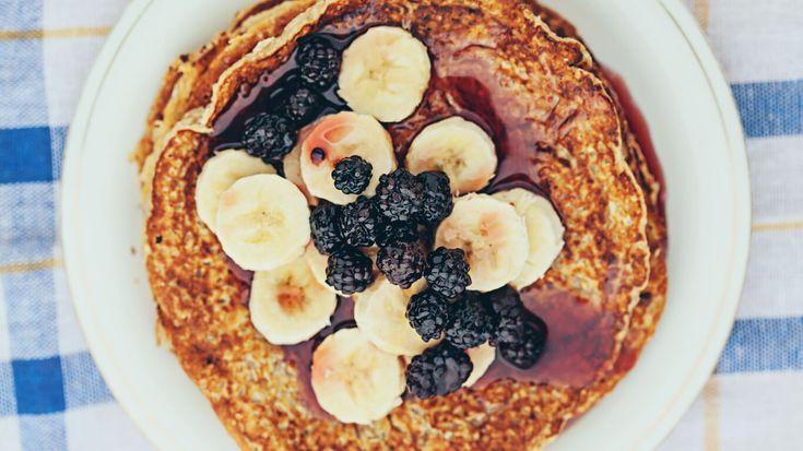 Ingrediënten voor vier personen: 2 bananen (rijp) 4 eieren 1 tl gemalen kaneel 3 el ontgeurde kokosolie plakjes banaan en bramen voor garnering