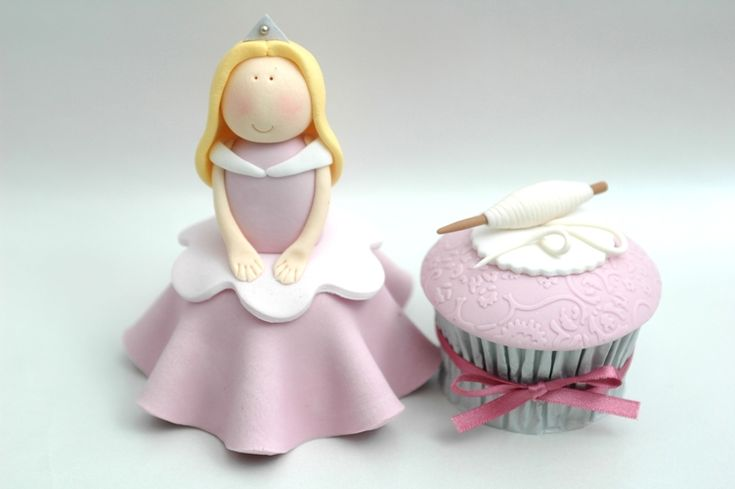 Sleeping Beauty Cake http://thecupcakegallery.webs.com/photos/Sydney-Royal-Easter-Show-2011-Cake-Decorating-Competition/princesses4.jpg