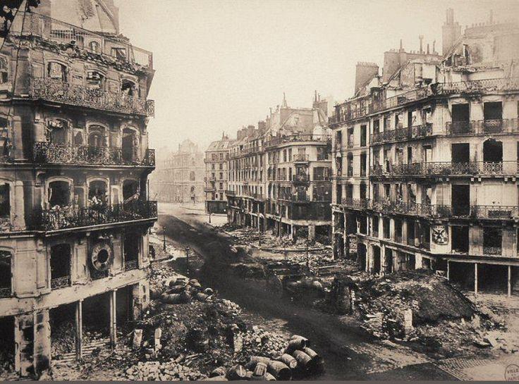 Une image assez incroyable de la rue de Rivoli après les destructions de la Commune, en 1871. Photo prise du carrefour avec la rue Saint-Martin en direction de l'Hôtel de Ville.