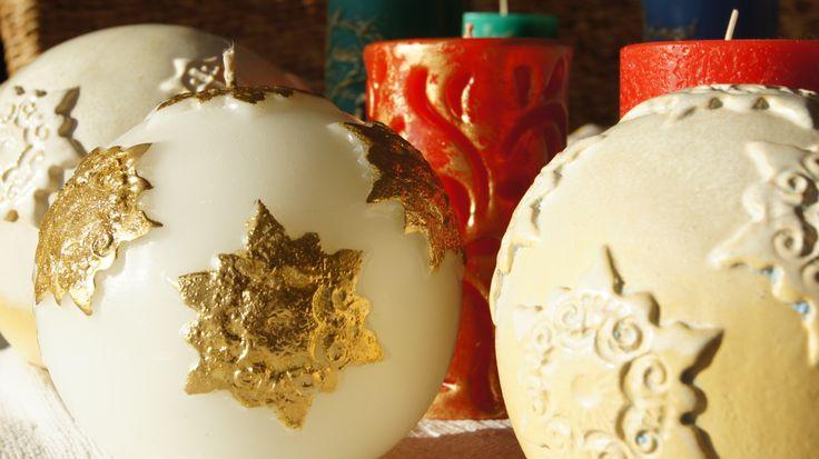 snowflakes settled on the candle and ceramic ball płatki śniegu osiadły na świecy i ceramicznej kuli
