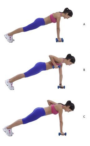 Faites votre planche de gainage en soulevant de petites haltères l'une après l'autre, excellent exercice pour les bras