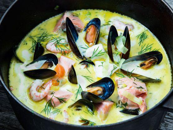Deilig fisk- og skalldyrsuppe med blåskjell, reker, ørret og røkt kolje. En enkel og god fiskesuppe slår aldri feil, og denne oppskriften inneholder masse grønnsaker og havets skatter. Kanskje er den verdens beste fiskesuppe ..
