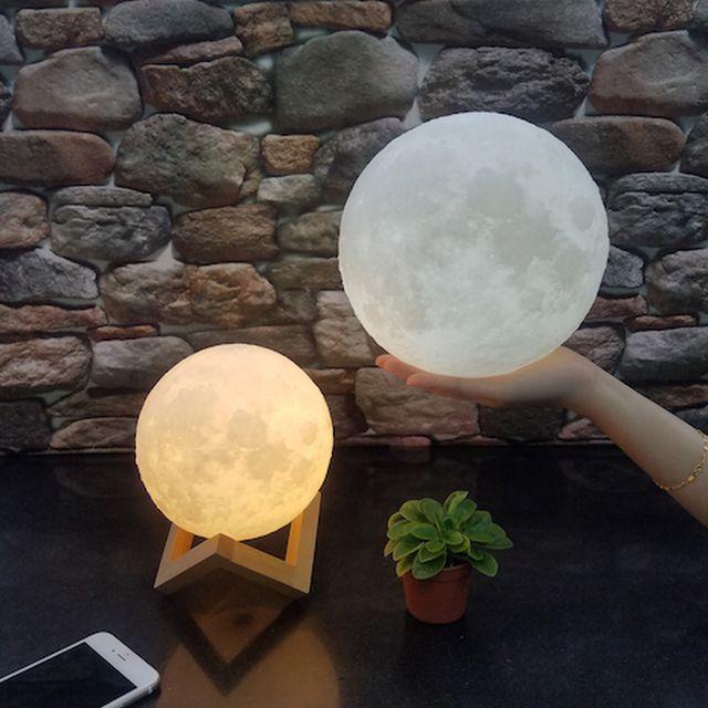 """物思いにふけりたいとき、ふと夜空に浮かぶ月を見上げることがあります。その明かりがロマンチックなだけでなく、こちらの悩みを吹き飛ばして安心感を与えてくれる気がするから。そんな""""優しい光""""がテーマになっているからこそ、この「Moonlight」が注目を浴びるのも納得。男女問わず、間接照明を探している人は要チェックですよ。この照明は、読んで字の如く、月をイメージしたもの。表面の凹凸もうまく表現され..."""