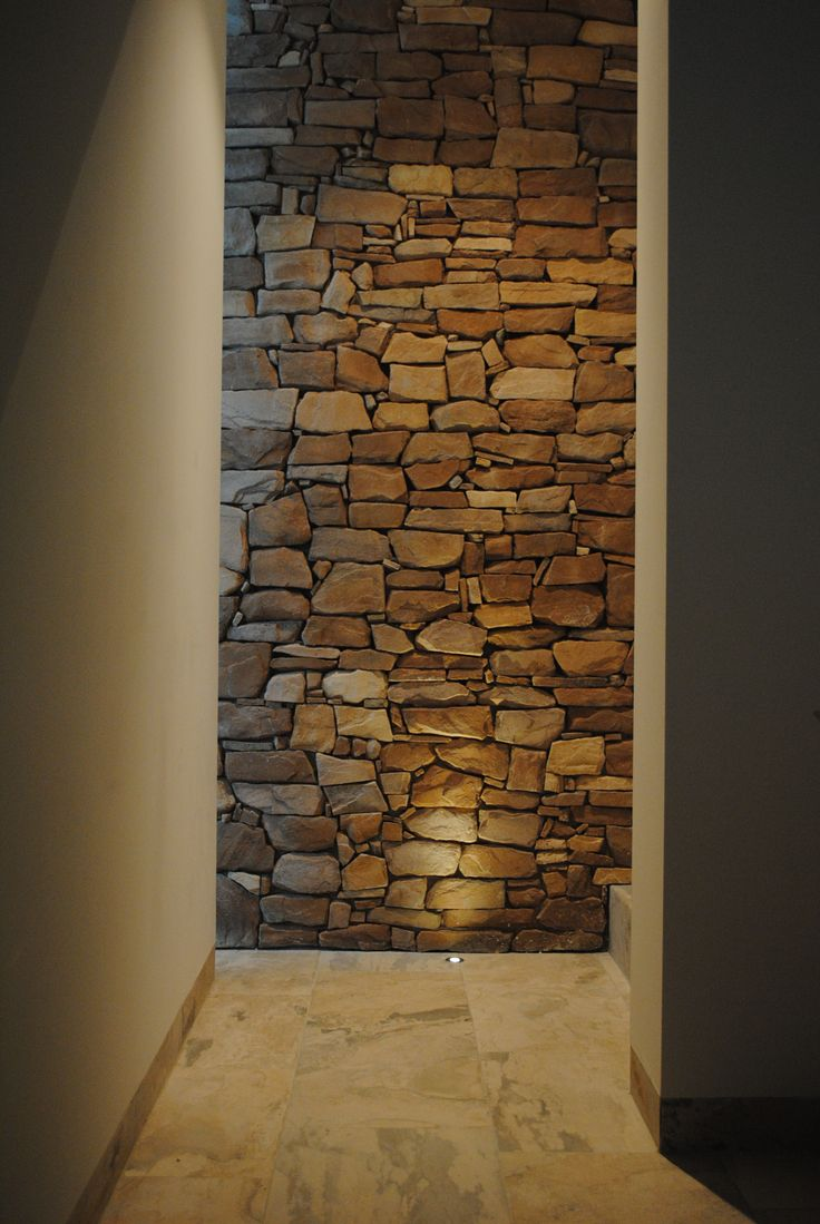 Maatwerk steenstrips door Bonte. Prachtige authentieke sfeer in de hal.