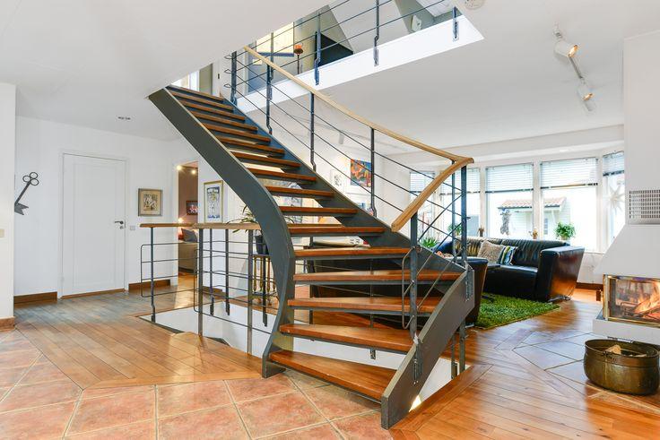 trappa som ett nav i hallen