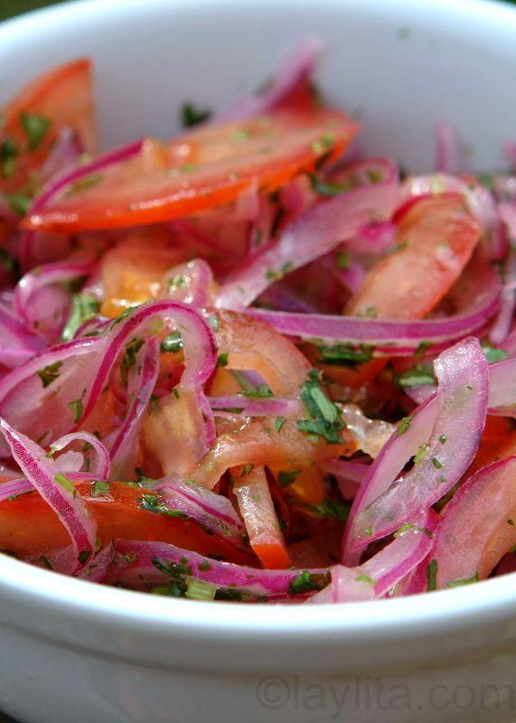 El curtido de cebolla y tomate es una salsa de cebolla curtida y tomate con jugo de limon, sal y cilantro.