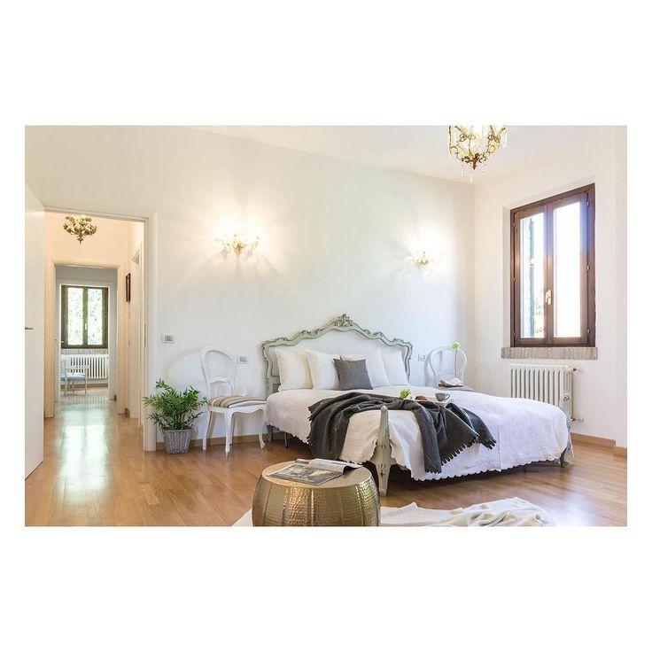 Questa stanza è elegante e senza tempo. Alleggerita dai colori troppo accesi ora è un luogo in cui sognare.  DREAM HERE   #homestaging #casa #villa #igersitalia #igersmodena #realestatephotography #instadecor #italian #bed #bedroom #interiorphotography #gold