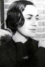 Dorothea Gerson, Dora genannt, war zwischen den Weltkriegen eine viel beachtete Schauspielerin und Sängerin der bunten und quirligen Szene in Berlin. Sie spielte an den renommiertesten Bühnen Berlins, vor allen Dingen aber an der Volksbühne. Aber auch das Kabarett kam bei ihr nicht zu kurz, hier wur