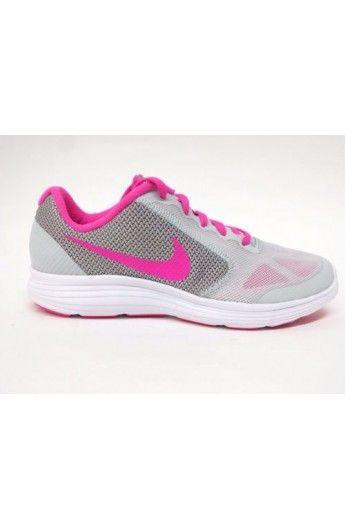 La scarpa da running Nike Revolution 3 - Ragazzi è dotata di leggera tomaia in mesh con strati esterni senza cuciture per una calzata traspirante e contenitiva. Gli intagli di flessione che caratterizzano l'intersuola in schiuma a tutta lunghezza promuovono i movimenti naturali.