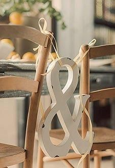 Simpel en toch heel leuk. De stoelen van de bruid en bruidegom verbinden met elkaar.