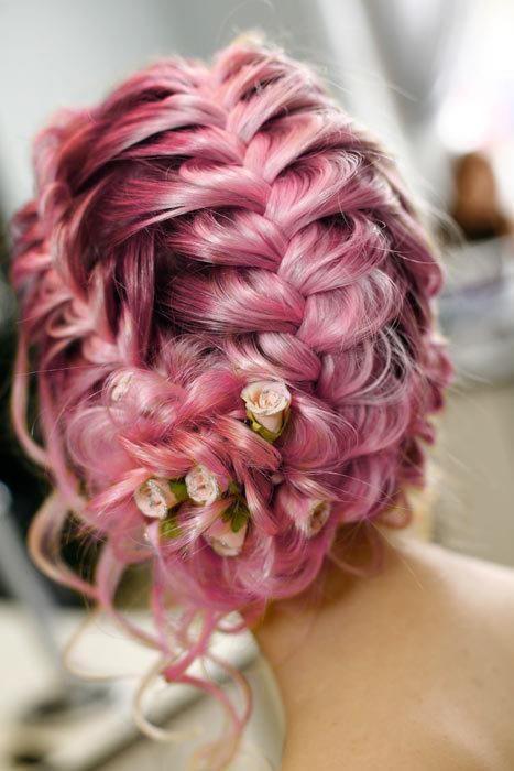 tolle Hochsteckfrisur, die geflochtenen pinken Haare sind wunderschön