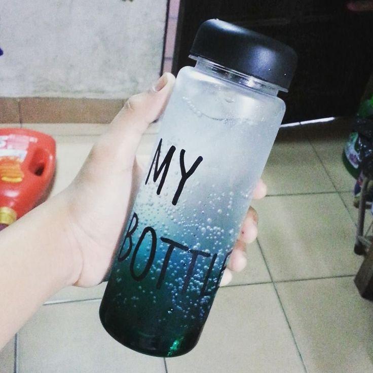 . Botol gaul yang lagi tenar di KOREA JEPANG dan CINA!! Ayo sebelum banyak yang pake biar kamu jadi trendsetter!! Baru kejual 863 botol nih -------------------- KEREN untuk: Olahraga infused water Dijual lagi  Sebagai hadiah  Hadiah buat anak -------------------- -HARGA: 69.000 -WARNA: HITAM PUTIH BIRU KUNING HIJAU PINK -material : Tritan (BPA Free) -Diameter : 6.5cm -Height : 19.5cm -Volume : 450ml - 500ml -Usage Temperature : -40  100 -No microwave -Include penahan supaya ketika minum…